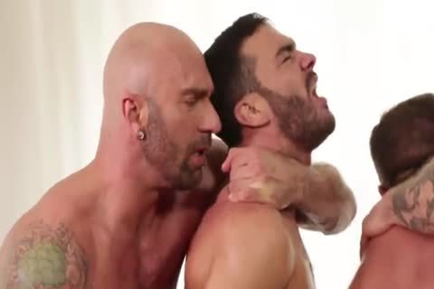 Muscle males In nasty bare orgy